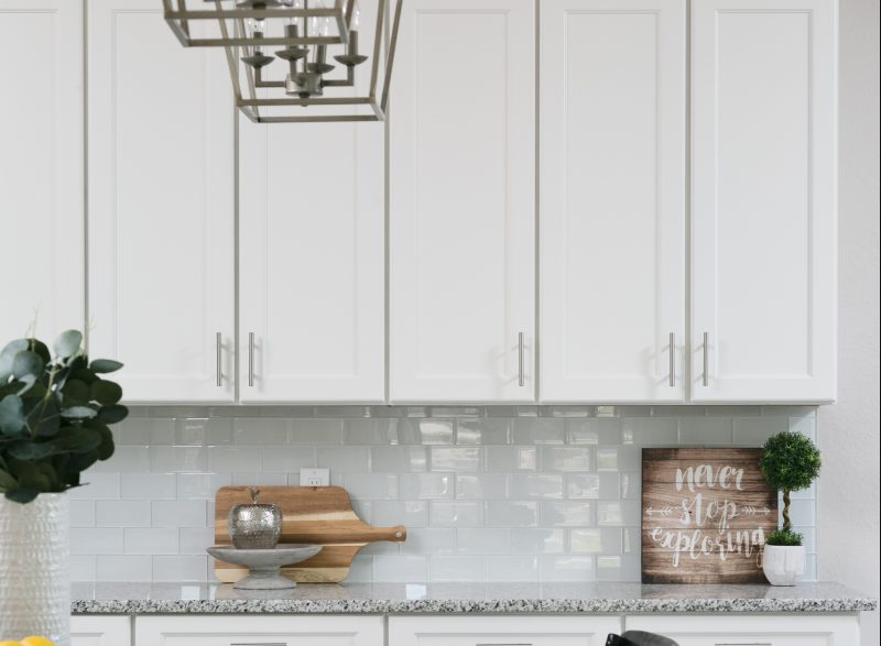 kitchen-backsplash-with-white-subway-tile